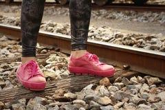 Donna che indossa le scarpe rosa alla stazione ferroviaria Fotografia Stock Libera da Diritti