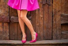 Donna che indossa le scarpe rosa del tacco alto e della gonna fotografia stock libera da diritti