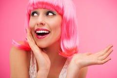 Donna che indossa parrucca rosa Immagini Stock