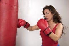 Donna che indossa perforazione rossa dei guantoni da pugile Fotografia Stock