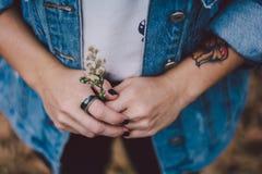 Donna che indossa un anello immagini stock libere da diritti
