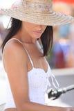 Donna che indossa un cappellino da sole Immagine Stock