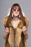 Donna che indossa una pelliccia di volpe Fotografia Stock