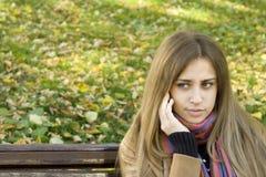 Donna che invita il suo telefono Immagine Stock Libera da Diritti