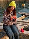 Donna che knitiing Immagini Stock Libere da Diritti