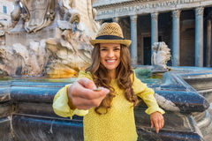 Donna che lancia moneta vicino alla fontana del panteon Fotografia Stock Libera da Diritti
