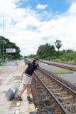 Donna che lascia le corse da là con i suoi bagagli Fotografie Stock Libere da Diritti