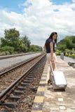 Donna che lascia le corse da là con i suoi bagagli Immagini Stock