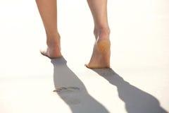 Donna che lascia le orme nella sabbia della spiaggia Fotografia Stock Libera da Diritti