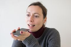 Donna che lascia un massaggio di voce sul telefono fotografia stock libera da diritti