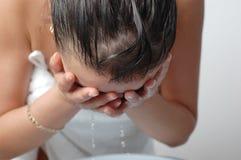 Donna che lava il suo fronte Immagini Stock
