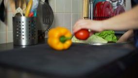 Donna che lava le verdure e frutta su una cucina video d archivio