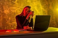 Donna che lavora ad un computer portatile, situazione stressante di affari fotografia stock