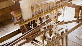 Donna che lavora ad un telaio ordinario burma