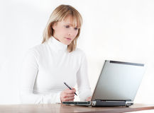 Donna che lavora al calcolatore Fotografia Stock