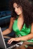 Donna che lavora al calcolatore nel paese Immagine Stock Libera da Diritti