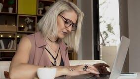 Donna che lavora al computer portatile archivi video