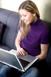 Donna che lavora al computer portatile nel paese Fotografia Stock Libera da Diritti