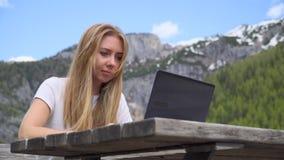 Donna che lavora al computer portatile video d archivio