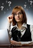 Donna che lavora al suo computer portatile Immagini Stock Libere da Diritti