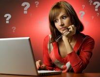 Donna che lavora al suo computer portatile Fotografie Stock Libere da Diritti