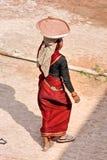 Donna che lavora al tramonto, Agra. Immagini Stock Libere da Diritti