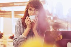 Donna che lavora all'aperto indipendente, gestione di tempo, successo, franco Fotografia Stock