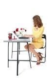 Donna che lavora all'ufficio fotografie stock libere da diritti