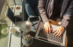 Donna che lavora alla mano dell'ufficio sul primo piano della tastiera fotografie stock libere da diritti