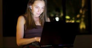 Donna che lavora alla notte al computer portatile stock footage