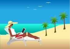 Donna che lavora alla spiaggia Immagini Stock