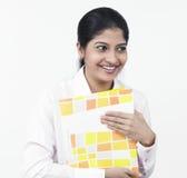 Donna che lavora alla sua scrivania Fotografie Stock Libere da Diritti