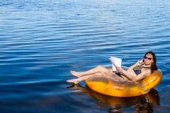 Donna che lavora alla vacanza, il concetto di stakanovista di lavoro a distanza fotografia stock