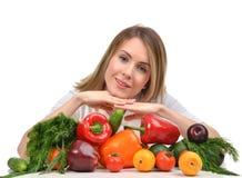 Donna che lavora allo scrittorio con la frutta fresca e lo SMI felice delle verdure Immagine Stock Libera da Diritti