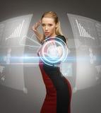 Donna che lavora con gli schermi attivabili al tatto virtuali Fotografie Stock
