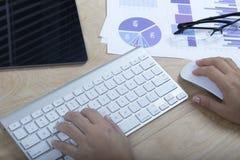 Donna che lavora con il computer Immagini Stock Libere da Diritti