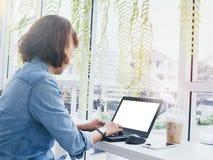 Donna che lavora con il computer portatile fotografia stock libera da diritti
