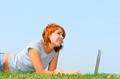 Donna che lavora con il computer portatile immagini stock