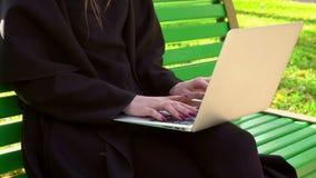 Donna che lavora con il computer portatile all'aperto Fotografie Stock