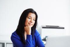 Donna che lavora con il computer portatile nel Ministero degli Interni Fotografia Stock