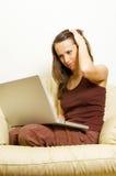 Donna che lavora con il computer portatile nel paese Immagini Stock