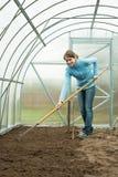 Donna che lavora con il rastrello fotografie stock libere da diritti