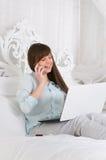 Donna che lavora con il suo computer portatile immagini stock