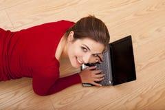 Donna che lavora con un computer portatile Immagine Stock