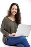 Donna che lavora con un computer portatile Fotografie Stock