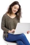 Donna che lavora con un computer portatile Immagini Stock Libere da Diritti