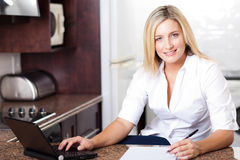 Donna che lavora dalla casa Fotografia Stock Libera da Diritti
