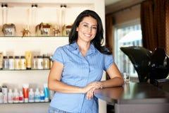 Donna che lavora nel salone di lavoro di parrucchiere Fotografia Stock