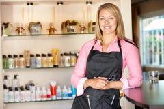 Donna che lavora nel salone di lavoro di parrucchiere Fotografie Stock Libere da Diritti