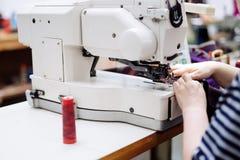 Donna che lavora nell'industria tessile immagine stock